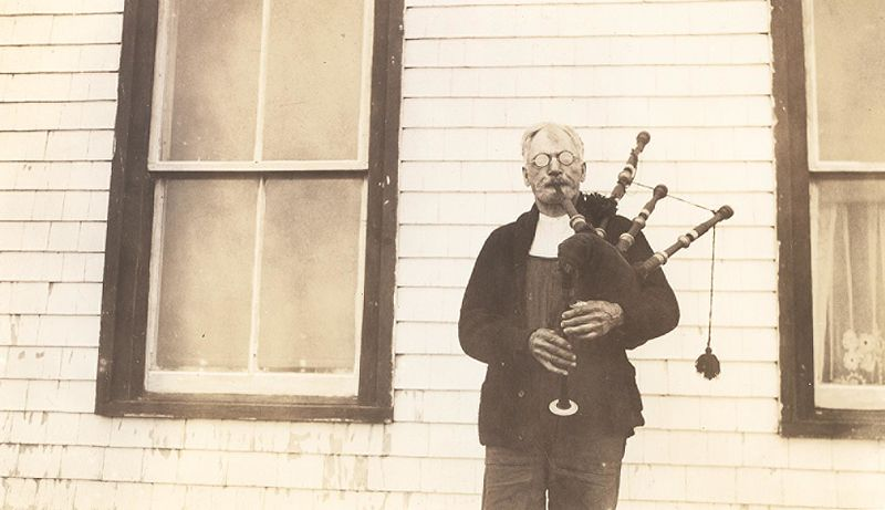 https://commons.wikimedia.org/wiki/File:%22Angus_MacQuarrie_-_Angus_the_piper_with_his_89_year_old_pipes,_Arisaig%22_(17301127442).jpg